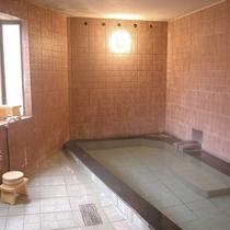 【風呂】男湯「薬師湯」。ゆっくりと源泉100%のお湯に浸り、日頃の疲れを癒して下さい。