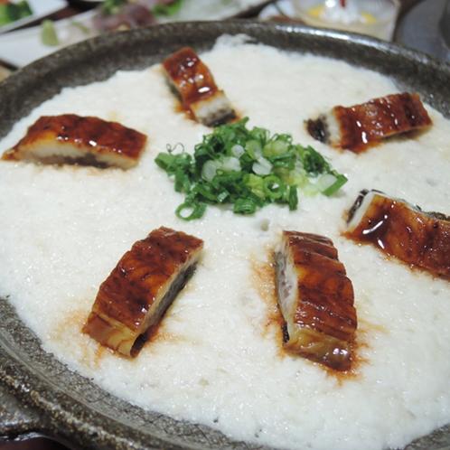 【食事一例】名物の「とろろ焼き」/とろろ芋の上にたれ焼きにした鰻がのった贅沢な逸品