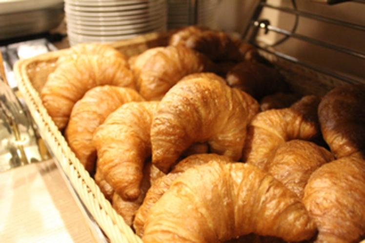 毎朝当ホテルで焼きたてのパンをご用意しております