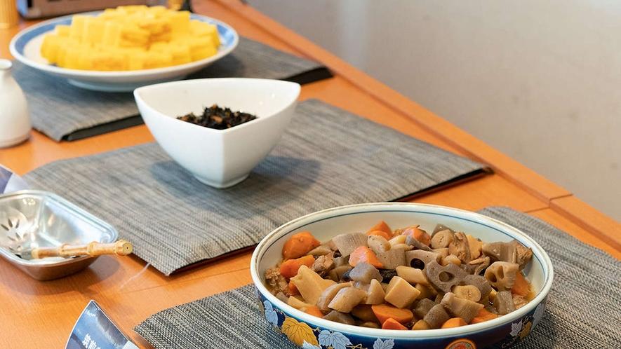 【朝食一例】定番の煮物やひじき、出し巻き卵