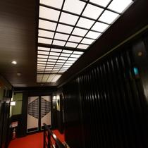 【2階フロア天窓】太陽の光を取り込み、明るい館内に。