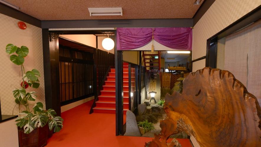 *【玄関】中に入ると、赤と黒を基調とした配色で館内を統一。
