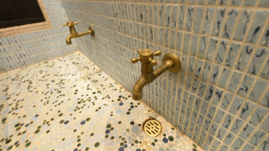 *【2階フロア洗面所】小さなところもこだわりぬき、レトロな水道がかわいいです。
