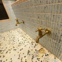 【2階フロア洗面所】小さなところもこだわりぬき、レトロな水道がかわいいです。