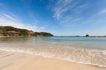 目の前の白い砂浜と青い海