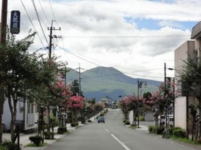 内牧の街中から望む阿蘇山