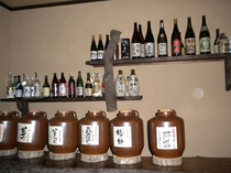 お食事処カウンター・多種類の焼酎甕