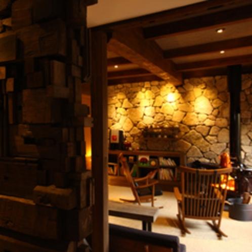 暖炉のあるくつろぎのスペースが背景