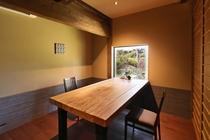 個室の御食事処テーブル席