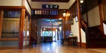 床は幅広のケヤキ材 元老舗旅館の風格が感じられます