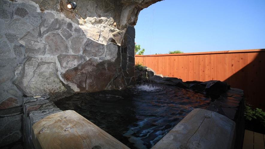 まるで滝の中にいる様な露天風呂