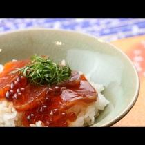 海の秋の味覚♪鮭といくらの紅葉漬けを丼で!