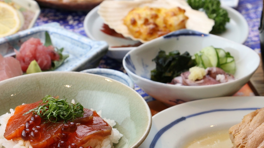 期間限定!鮭といくらの紅葉漬丼付の夕食。ボリュームたっぷりです★