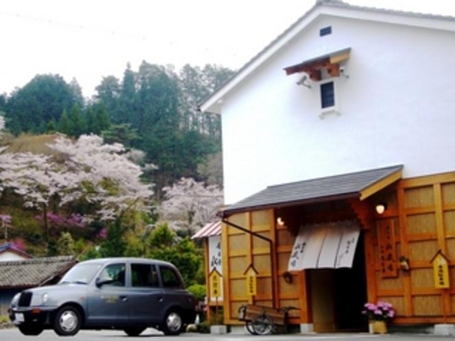 合掌村と桜並木・ロンドンタクシー