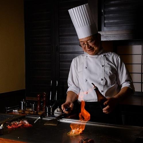 飛騨牛茶寮 神月 鉄板で調理するシェフ