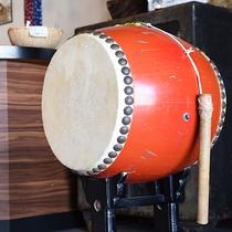 *【ロビー】玄関には和太鼓が飾られています。