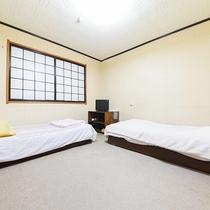 *【訳あり/ツイン】窓無し・ベッド2つの簡素なお部屋。お一人様での利用も可能です。