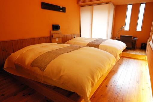 ローベッドのある洋室タイプのお部屋「桃」か「梅」