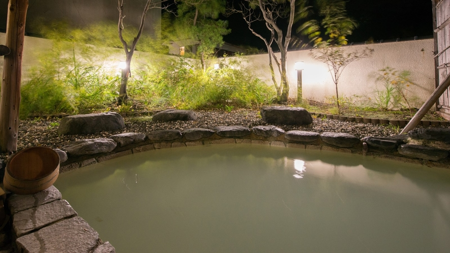 *露天風呂(夜)/100%源泉かけ流しのにごり湯は、本物の温泉を楽しみたいというお客様に好評です!