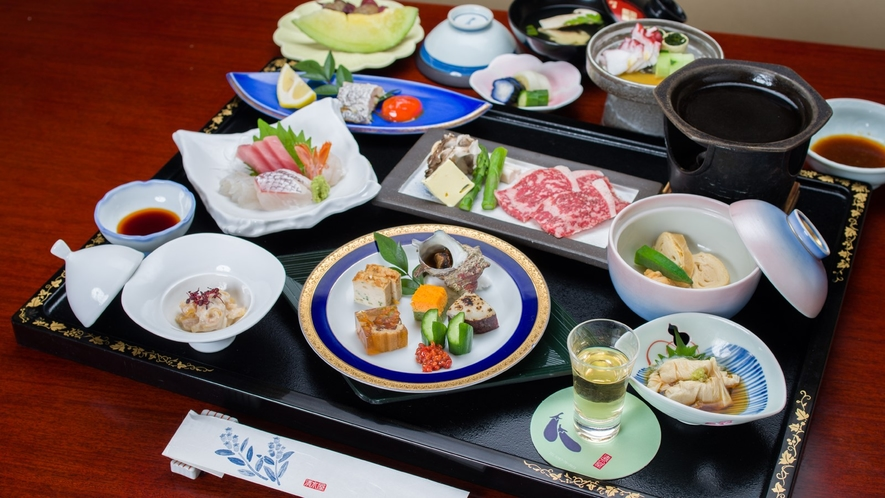 *ご夕食一例(栃木牛コース)/季節の食材を盛り込んだ会席料理です