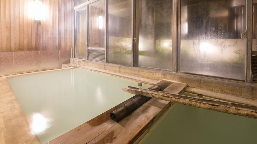 *内風呂(夜)/100%源泉かけ流し♪室内風呂でも大きな窓で、開放的な気分に