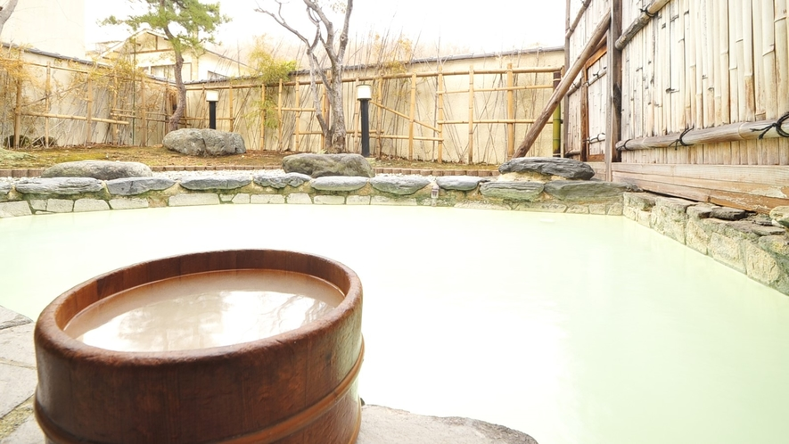 *露天風呂/20以上の効能がある、にごり湯の露天風呂でゆったりお寛ぎください
