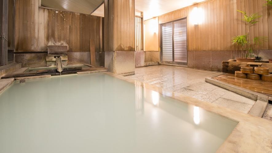 *内風呂(夜)/白濁の硫黄泉をお楽しみ下さい