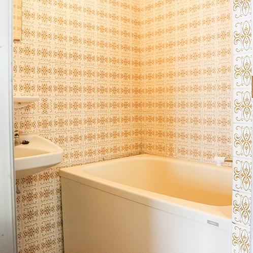 *[客室一例]各お部屋にバスルームとトイレがございます。(※一部バスなしのお部屋もございます)