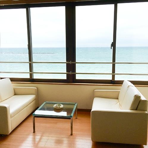 *[客室一例]のんびりと海を眺められる窓際のスペースが嬉しい。