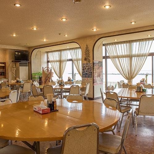 *[食堂]夕食・朝食共にオーシャンビューのお食事処でお楽しみください。