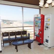 *[自動販売機&喫煙所]お煙草も海を見ながら。お酒の自動販売機もございます。