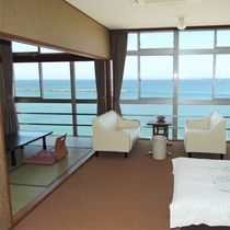 *[客室一例]海を映す大きな窓が解放感満点!お部屋も広く感じられると好評です。