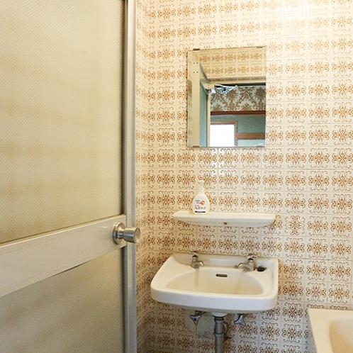 *[客室一例]各お部屋にバスルームと洗面台付き。(※一部バスなしのお部屋もございます)