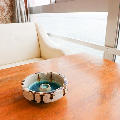 *[客室一例]ソファで海を眺めくつろぎながら、ひと息。