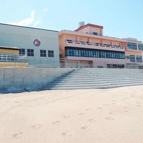 *[外観]一歩外に出ればすぐにビーチ!海水浴はもちろん、海辺でのんびりと過ごせます。