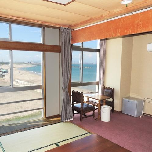 *[客室一例]6畳の和室と、ベッド2台と応接セットを配した洋室の和洋室タイプ。