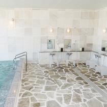 *[大浴場一例]明るく気持ちの良い洗い場。入浴時間は15時-23時/6時-9時。