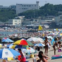 *[阿字ヶ浦海岸海水浴場]夏には海の家も並び、多くの家族連れなどで賑わいます。