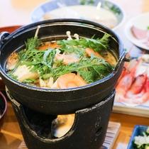 *[夕食一例]体が温まる季節の鍋料理。熱々をお召し上がりください。