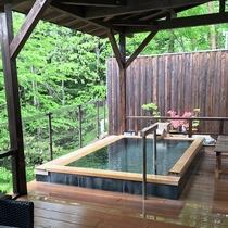 新緑の露天風呂2(屋根があるので、雨や雪の日もゆっくり温泉を楽しんでください)