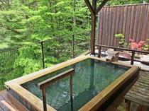 新緑の露天風呂(高台にある当館ならではの自然に囲まれた景色を楽しめます。)