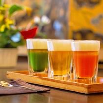 """色合い鮮やかな""""チェリーベリー・蕎麦・抹茶""""の3種類のクラフトビールを飲み比べ"""