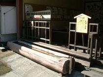 小野川のメイン道路にある 足湯(葦の湯)です