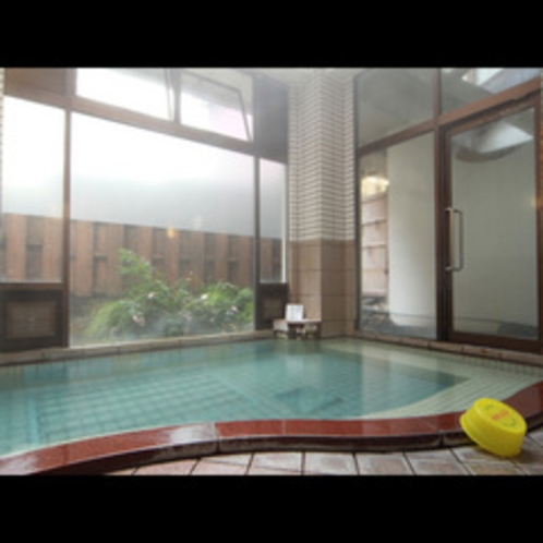 3か所ある大浴場のひとつ(男女、時間で入替)深さがあり、身体の芯から温まります♪