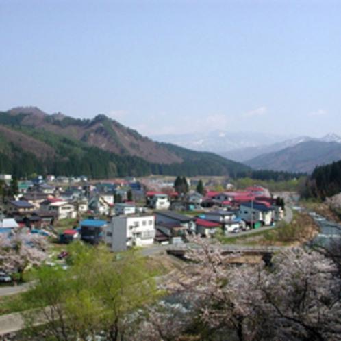 *春の温泉街全景