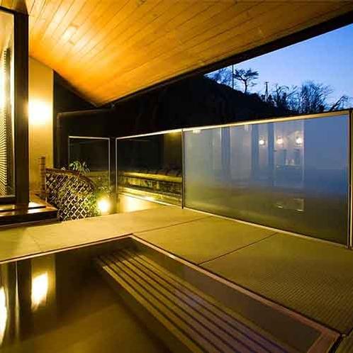 【露天風呂】最上階にある露天風呂。湯涌の山並みと満天の星空をお楽しみ頂けます。