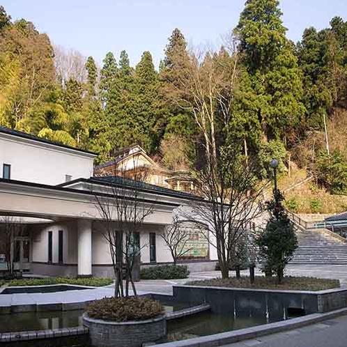 「さかえや」の目の前に夢二美術館や近くに日帰り温泉がございます。