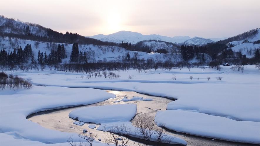 *雪解け間近の白川湖。期間限定の景色をお見逃し無く!