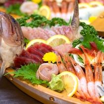 *【夕食一例】旬の魚介類の舟盛。