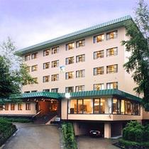 草津温泉の自然に囲まれた環境に佇む当館